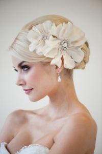 Headband em noivas elaborado com flores e brilhos, conferindo elegância.