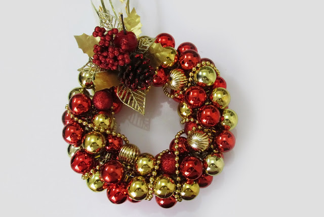 diy_tutorial_fazer_guirlanda_bolas_natal_christmas_wreath